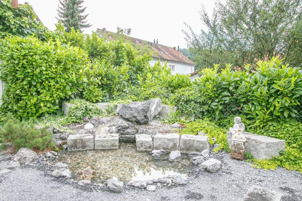 Steingarten mit Wasserspiel